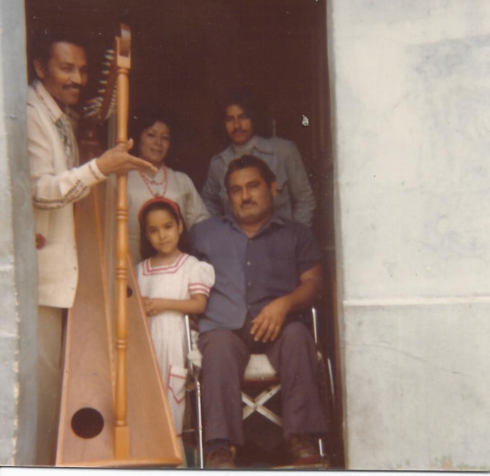 "Victor Reyna et sa harpe ""viajera"" à Caracas - Parroquia san Juan. (1976)"